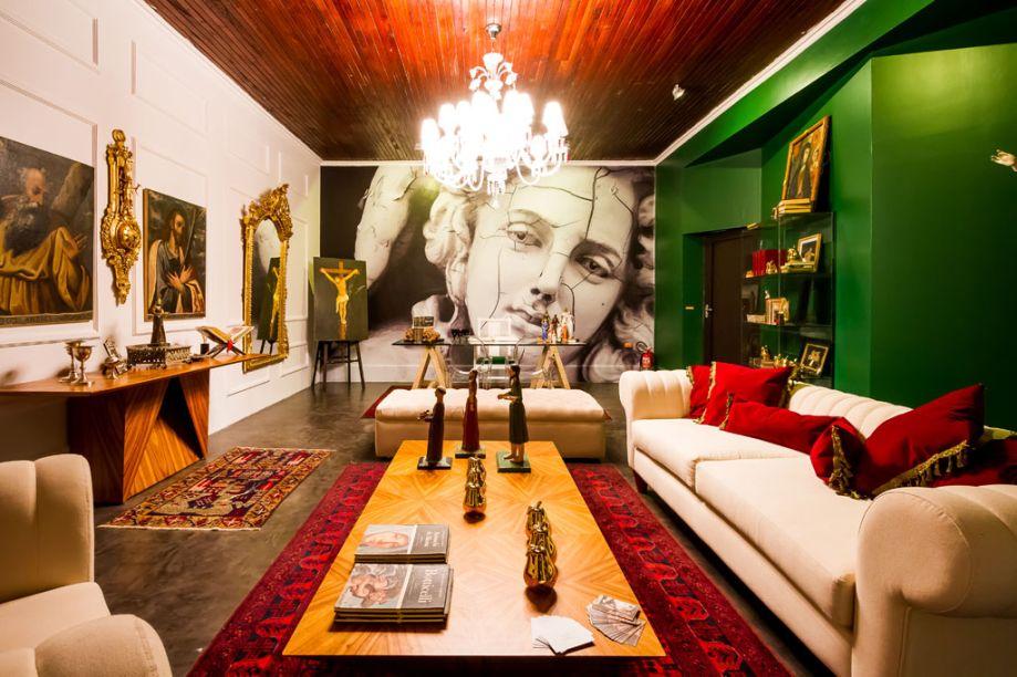 Casa Cor Bolívia 2015: Escritório da Diretora por Helga Prinz – A designer mesclou os estilos clássico, eclético e minimalista para compor o ambiente. Móveis com acabamentos arredondados, nas tonalidades cinza, branco e dourado, complementam a decoração. Diferentes texturas, telas, madeiras, lâminas de ouro e um piso que simula tijolos.