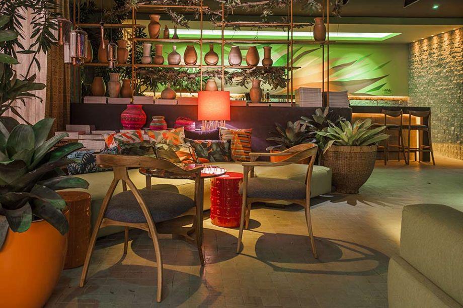 <span>Club CASA COR - Ana Perlla e José Junior. Um bar urbano no meio da selva: esse é o conceito do espaço. O projeto inclui estantes em ferro galvanizado, pedras brutas e concreto aparente como elementos que definem o estilo, em contraste com tons cítricos de verde, estofados em linho pistache e artefatos cerâmicos da Amazônia. As lanternas de murano rendem uma Iluminação intimista.</span>