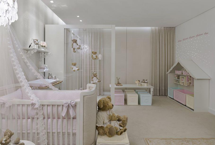 <span>Quarto do Bebê – Mayara Oliveira. A casinha de brinquedo, também traçada por Mayara, celebra a infância com seus espaços para diversão e também com sua luminosidade de fibra ótica na parede formando uma atmosfera de estrelas. A iluminação do quarto é indireta, o que proporciona um clima perfeito de relaxamento.</span>