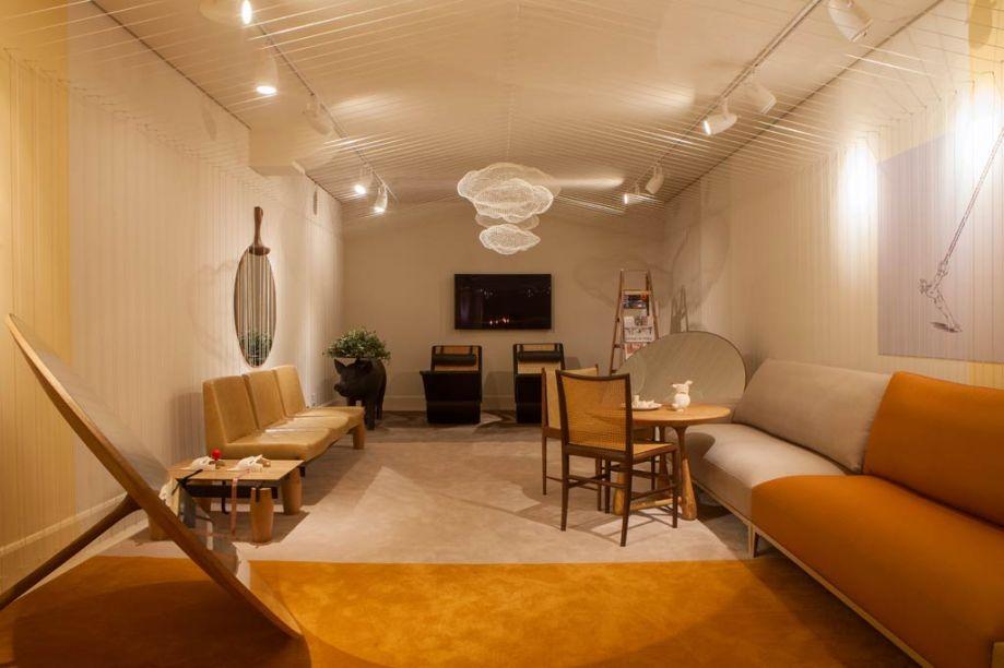 """Leo Romano, Club Leo. O arquiteto goiano já tem experiência em Casa Cor. A ideia deste espaço era criar uma linguagem autoral e poética. No teto, dois mil metros de barbantes foram minuciosamente amarrados em 1000 ganchos, a ideia das cordas era criar um efeito visual de uma """"casinha""""."""