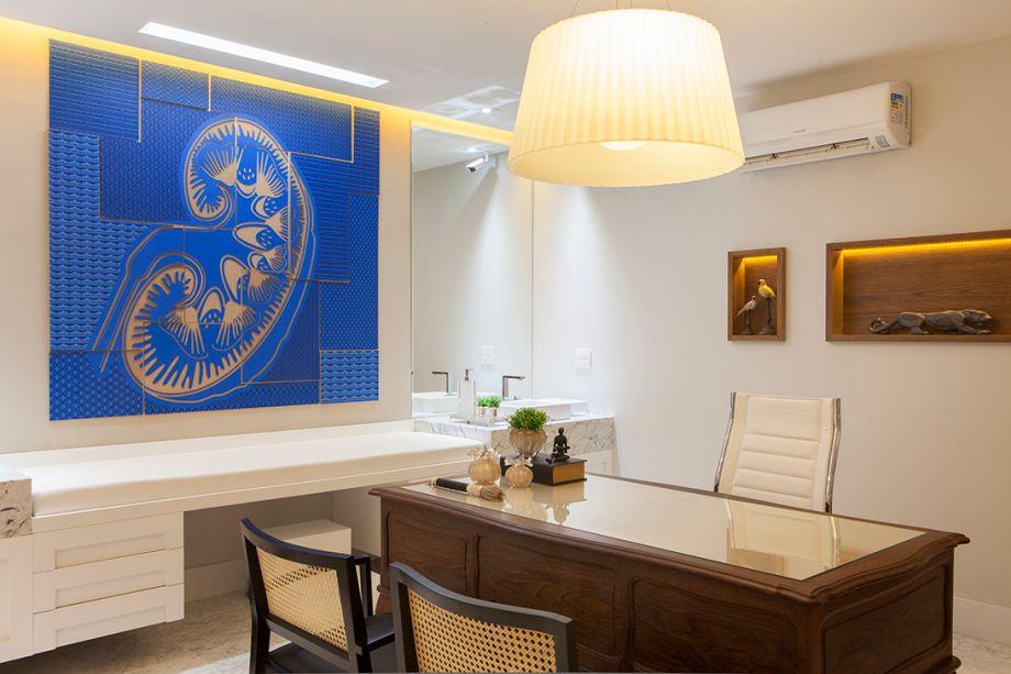 Consultório Médico - Iran Mendes e Thais Miranda. A dupla projetou um ambiente com piso em mármore Carrara e móveis que combinam laca fosca e tons amadeirados, como na mesa de trabalho no modelo Luis XV. Zota Coelho assina as obras de arte.