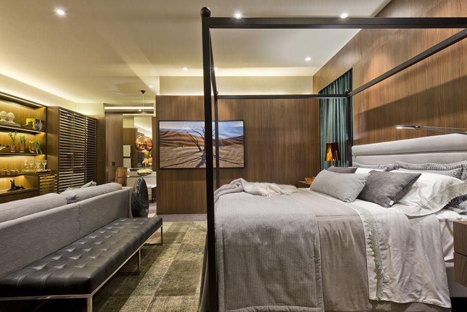 Suíte do Jovem Casal - Flávia Bonet. Cobre nos detalhes, cortinas verde musgo e vinílico roxo no piso trazem personalidade ao projeto, que também traz uma cama com dossel desenhada pela arquiteta.