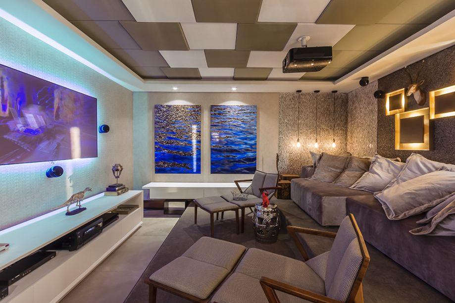 <span>Home Theater - Carlos Henrique e Renato Barbosa. A dupla apostou no mix de papéis de parede, painéis de madeira com piso e cobogó cerâmico, além de móveis de design. O forro acústico no teto contribui para uma experiência de alta qualidade.</span>