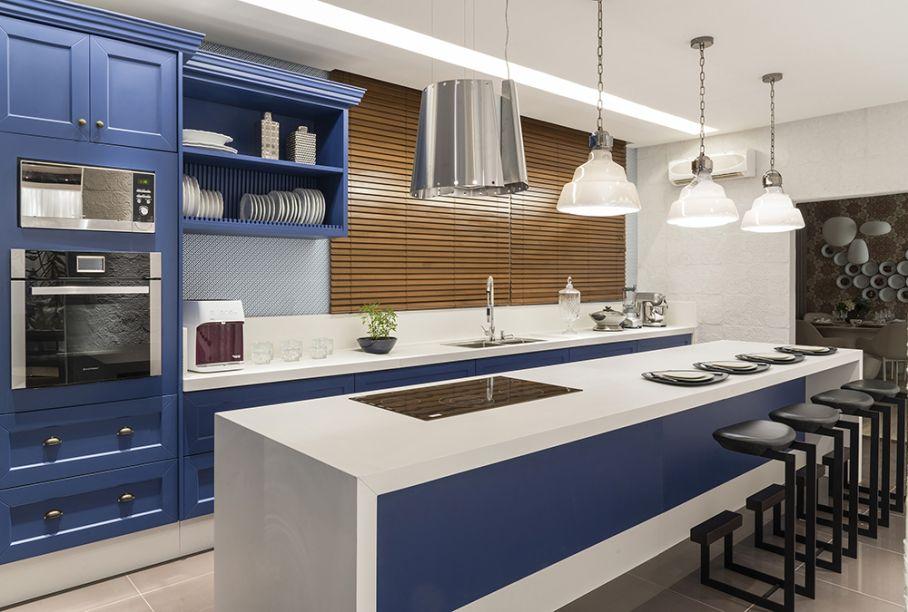 <span>Cozinha – Aline Torres e Thiago Cardoso. O ambiente de 26 m² ganhou toque nostálgico ao combinar o clássico e o vintage, inspirado nos espaços culinários das décadas de 1970 e 1980. O que chama a atenção são as tonalidades vibrantes de azul.</span>