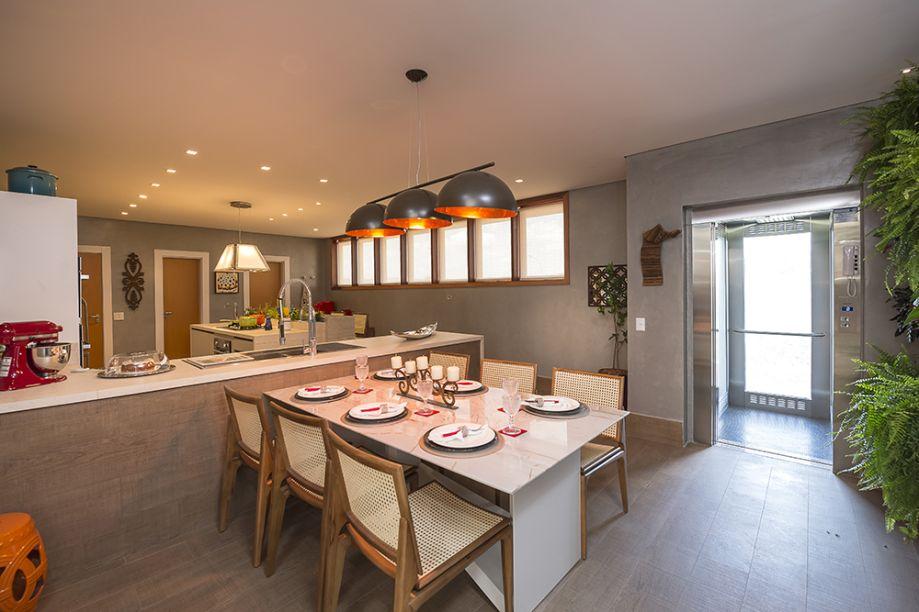 <span>Cozinha - Andreia Paiva. A designer aproveitou o espaço para instalar bancadas de trabalho de alta resistência, balcão para refeição rápida, armários e uma mesa de almoço em granito. O piso foi paginado com porcelanato madeira.</span>