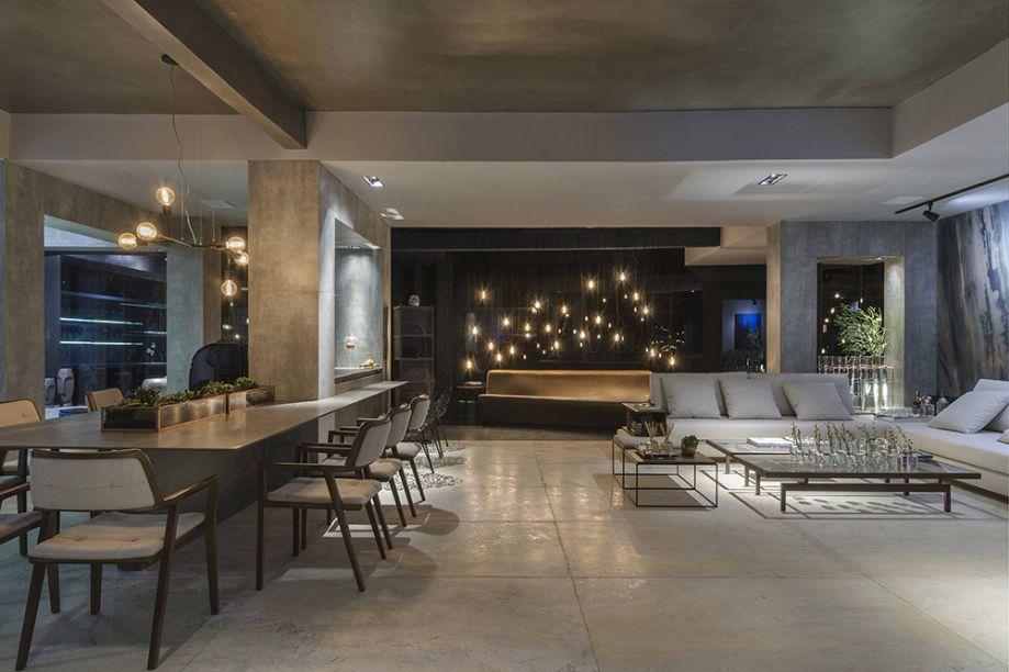 Refúgio Gourmet - André Alf (Alf Arquitetura). O chão e as paredes são desenhados pelas pedras naturais. É para eles que a iluminação em trilhos aponta. Móveis retilíneos e em tons claros contribuem para um resultado elegante e discreto.