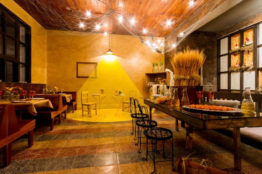 Casa Cor Bolívia 2015: Lounge dos sabores por Patricia Barrón - Neste espaço conceitual, madeiras e palhas combinam e dão um toque moderno ao design. Foi mantido o piso original da sala, assim como o revestimento das madeiras e o machimbrado do teto falso, realçado pelas janelas.