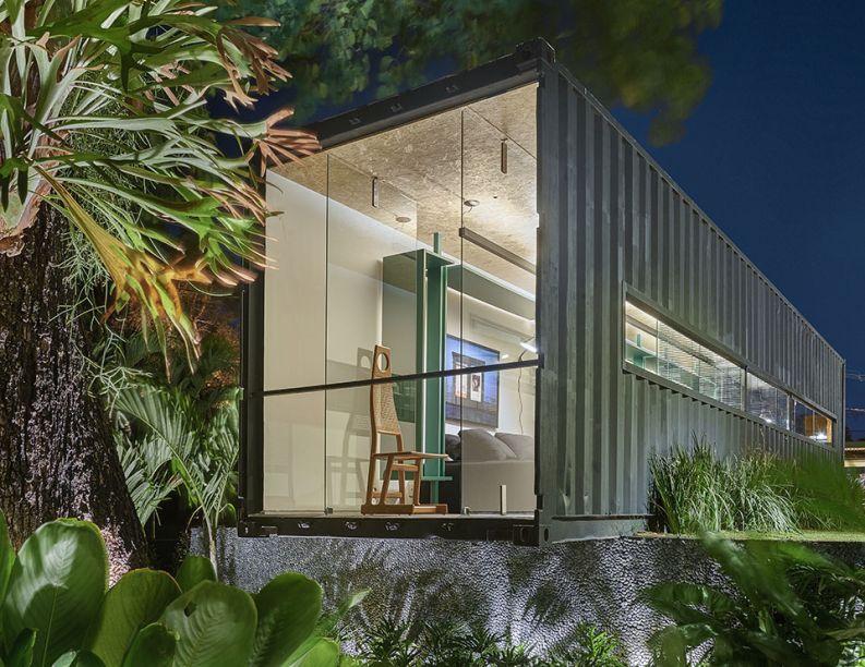 Box 16 - Felipe Soares. O contêiner vira um loft de fim de semana, uma moradia compacta que otimiza os 12 metros quadrados, sem abrir mão de nenhuma das funções convencionais de uma casa.