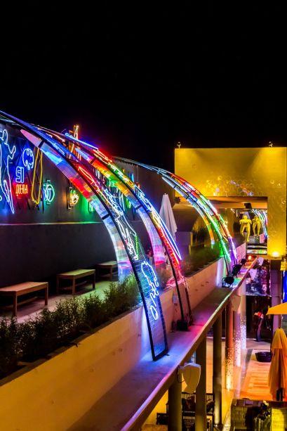 Casa Cor Bolívia 2015: Caminho das Luzes por Guido Bravo - Uma instalação de luzes de néon com mais de 30 anos compõe o espaço assinado por Guido Bravo. Arcos iluminados transmitem diversas sensações ao visitante.