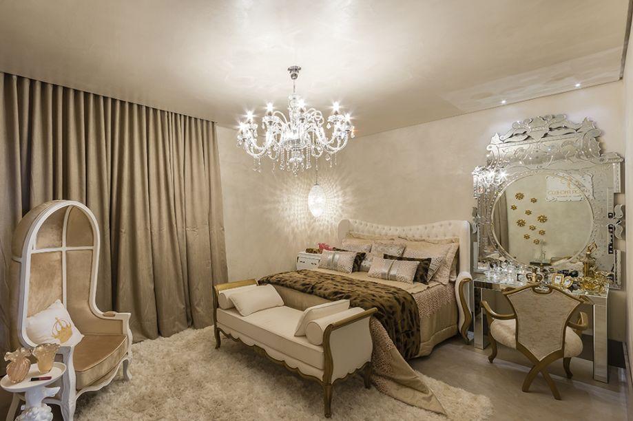 <span>Suíte da Filha - Junior Pacheco. A decoração clássica foi projetada com diferentes texturas de branco e o dourado, com detalhes que conferem glamour ao ambiente. O destaque é o espelho bisotado da penteadeira, igualmente espelhada.</span>