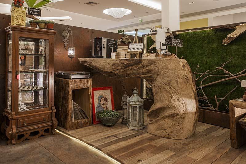 <span>Amazon Boutique e Café - Tuane Costa e Lyvia Mesquita. A ambientação desse espaço, que une pâtisserie, boulangerie e brigaderie, foge do comum ao priorizar o uso de materiais sustentáveis e de reaproveitamento. A madeira protagoniza no mobiliário exclusivo, cujo destaque é o balcão principal feito a partir de um único tronco.</span>