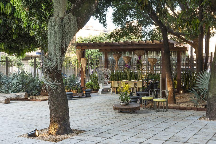 <span>Pátio das Tamareiras – Marden Rezende e Joana Monteiro. O projeto trabalha o conceito de humanização do espaço urbano cercado de concreto, convidando o visitante a escutar o barulho da água, descansar à sombra das árvores e observar as orquídeas.</span>