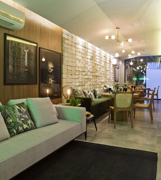 <span>Espaço Gourmet - Kel Oliveira. Móveis com design brasileiro convivem com algumas tendências, como os pendentes cromados e as lâmpadas de bulbo de grandes dimensões.</span>