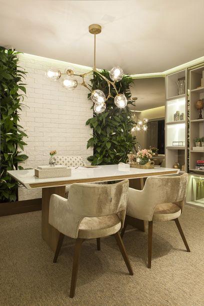 <span>Office Business - Daniella Simonassi. Tons pastéis e rosa quartzo conferem leveza e renovam o conceito de office, que ganha ares de casa. Jardim vertical e o mix de texturas humanizam ainda mais o espaço, como o tijolinho branco na parede, o piso coberto de carpete e cadeiras com toque aveludado, que contrastam com a mesa em laca. Para finalizar, detalhes em tom de cobre no rodapé, em adornos e no pendente.</span>
