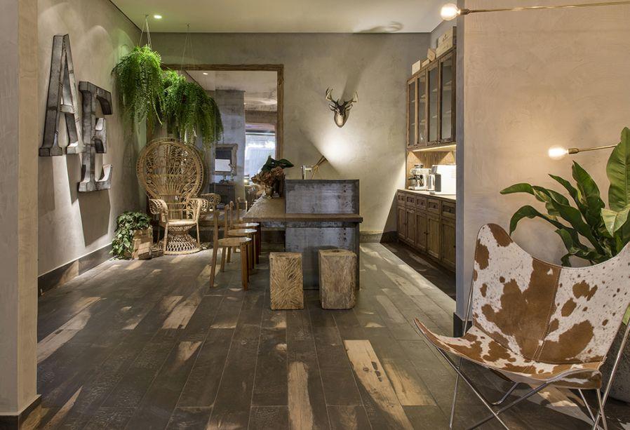 <span>Wine Bar – Anna Paula Melo. As poltronas e o sofá Mole, de Sergio Rodrigues, delimitam um estar confortável. Outra criação do designer são as cadeiras Cantú.</span>