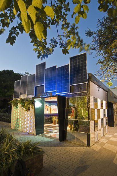 <span>Espaço Sebrae - Ticiana Sanford e Bea Carneiro. O tema do espaço é sustentabilidade, que já ganha uma tradução moderna já na entrada. A vegetação se insinua nos cobogós, e os cubos espelhados refletem o jardim, que acaba fazendo parte da fachada.</span>