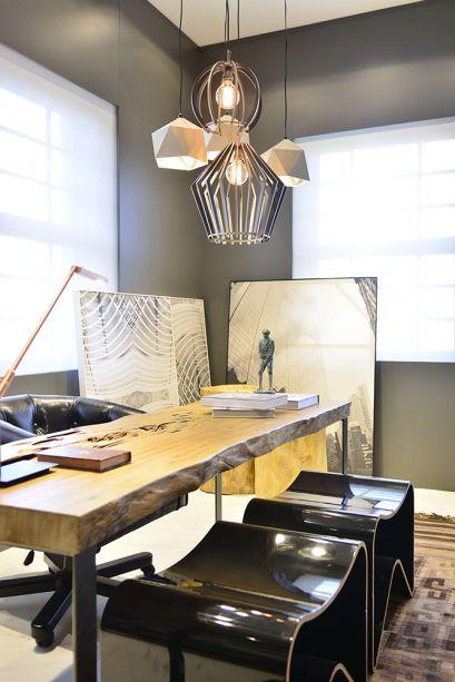 Estar em Casa - Lisiane Wendel Corrêa e Simone Bertuzzo. Alguns itens do mobiliário foram executados com madeira vinda de Minas Gerais, como a mesa do escritório assinada pelos arquitetos. Nas paredes foi aplicada uma pintura cinza com microtextura.