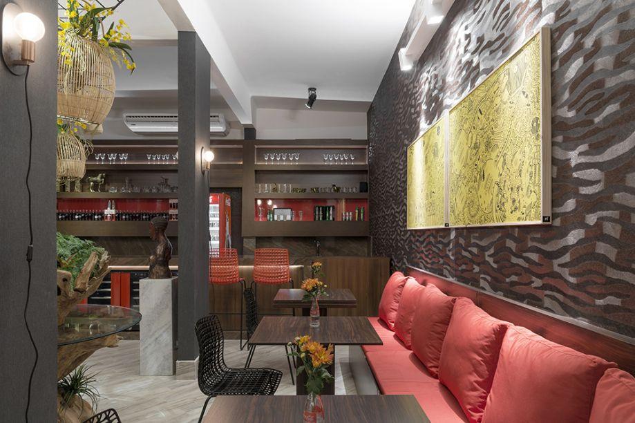 <span>Restaurante África Lounge – Pedro Paulo do Rego Luna e Thiago Siquieroli. O papel de parede com tema africano reveste o espaço e é complementado com um aplique cerâmico de acabamento metalizado.</span>