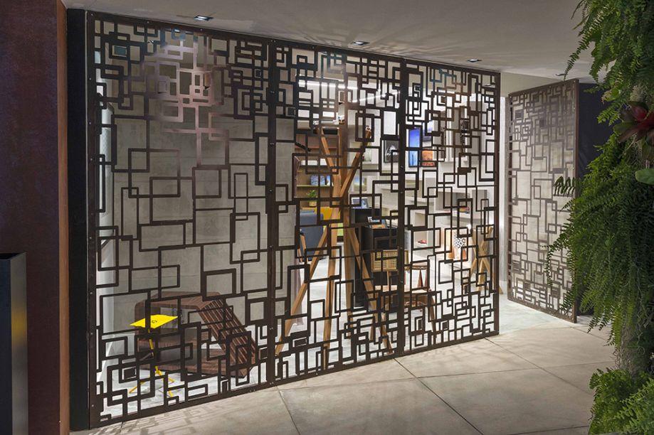 Loja - Raul Azevedo e Álvaro França. O ambiente celebra Brasília com peças que trazem referência ao design local. O primeiro impacto vem na fachada vazada, produzida em aço corten.