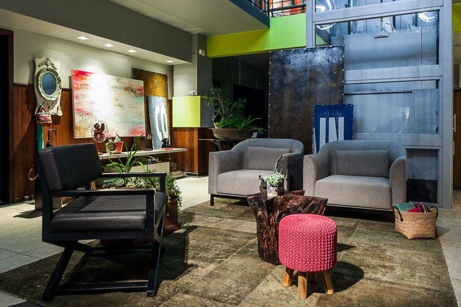 Lounge de Convivência – Daniela Sumida. Um dos objetivos da arquiteta foi resgatar as memórias da infância, na criação do espaço. Um projeto baseado em trazer a nostalgia a partir de materiais que lembrassem o quintal de uma casa.