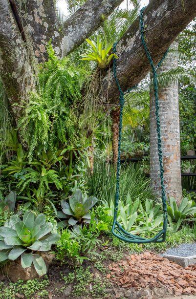 <span>Jardim Recanto do Lago - Anna Luiza Rothier. Quando conheceu os jardins tropicais de Burle Marx, Anna Luiza Rothier se encantou com as formas irregulares dos canteiros, com espécies que conhecia desde criança. Aqui, ela se sentiu em casa e inseriu uma grande mesa que apoia a churrasqueira, entre outros móveis da Tidelli, como as poltronas Veleiro em alumínio e corda verde musgo, de Luciano Madelli.</span>