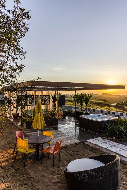 <span>Bangalô Lounge - Flavia Medina. A cobertura em tecido e a iluminação indireta complementam com suavidade a decoração do lounge, que oferece um espaço de contemplação e descanso.</span>