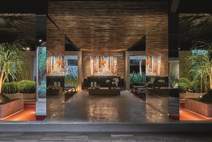 Jardim do Refúgio - Marina Pimentel. O jardim sombreado é formado por mais de 25 espécies de plantas, distribuídas entre redes, poltronas, sofás e jardineiras. O percurso, formado por linhas retas, é delineado por um deck de madeira rodeado por vasos e esculturas que remetem à brasilidade. Espelhos e bambus contracenam e instigam o olhar.