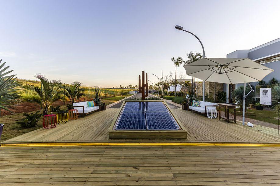 <span>Lounge - Leandro Rocha e Flávio Tonico. Um espaço de recepção e descanso foi criado sobre o deck em pinus autoclavado, mesclado à vegetação que exige baixa manutenção. O espaço fica mais aconchegante com o mobiliário de uso externo. A utilização de madeira de reflorestamento e a tecnologia de ponta de geração de energia solar fotovoltaico tornam o projeto sustentável.</span>