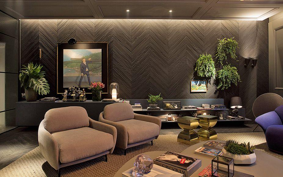Hot Spot! - Moacir Schmitt Jr. e Salvio Moraes Jr. A sala de estar tem um quê parisiense e nova-iorquino, com uma ambientação calorosa que reserva detalhes como boiseries nas paredes e materiais como o metal. Nas paredes, lâminas de madeira escura tornam o espaço mais caloroso.