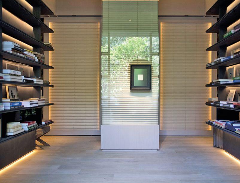 Hall e Biblioteca - Roberto Cimino e Nelson Amorim. O ambiente promove o encontro entre o mobiliário eclético, com peças dos anos 1950 e 60, e elementos cheios de brasilidade.