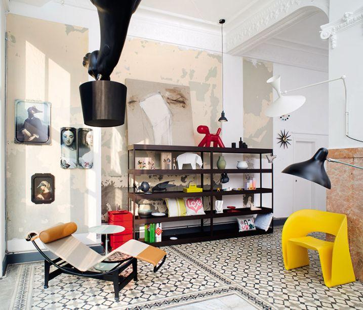 Modern Store - Sylvana Aza e Pascal Tabaray. A dupla pensou o ambiente em termos cenográficos, para receber objetos de uso cotidiano e valorizá-los, seja na estante de linhas retas, sobre o bonito piso original ou utilizando a parede tratada com pintura como suporte.