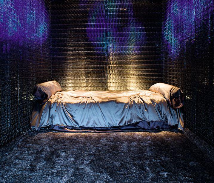 Indústria do Descanso - Cesar Becerra, Fernando Puente, Arnao Manuel de Rivero. A cama está no centro das atenções, com seu complexo sistema de espumas que ajusta o equilíbrio entre o corpo e a gravidade. A iluminação - que valoriza o escuro ao invés de confrontá-lo - e as texturas que envolvem todo o espaço procuram criar a sensação de que se está no paraíso.