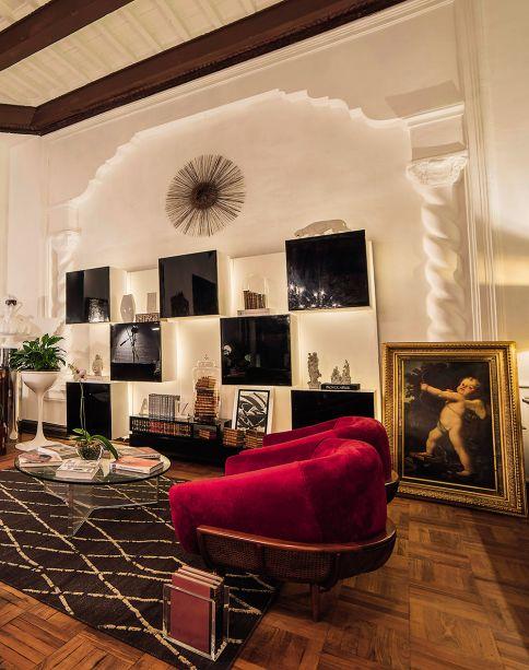 <span>Hall de entrada e biblioteca - Orlando Espinoza Silva. Eclético, o espaço integra o design de diferentes épocas em harmonia. Algumas peças são do século 19 e remetem ao estilo colonial, mas há lugar para o mobiliário das charmosas décadas de 1950 e 1960, além de peças de arte contemporânea.</span>