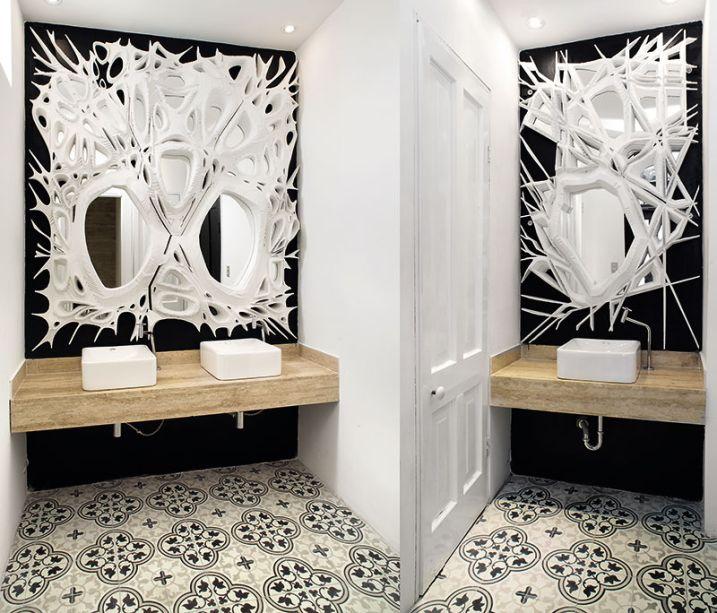 Banheiros do Restaurante - Julio Cesar Cano e Carlo Ricse Solf. Os profissionais tinham à disposição um espaço assimétrico, cujo formato foi utilizado a favor de uma composição visual que aproxima arte e arquitetura. O piso original foi mantido e algumas paredes ganharam a cor preta, destacando os espelhos que exploram formas orgânicas com ousadia.