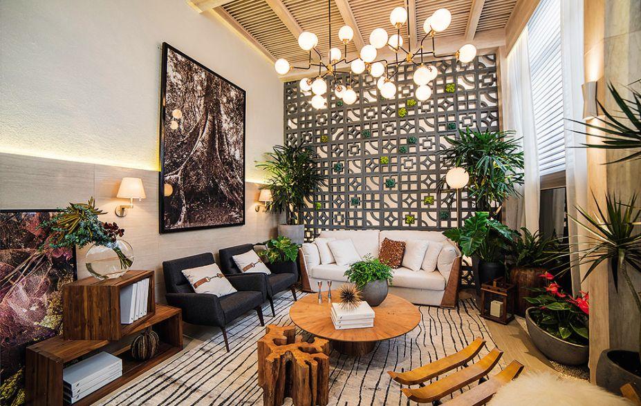 <span>Sala e Jardin de Inverno - Vera Velarde. O desafio foi criar uma atmosfera de exterior em um interior. Para isso, a profissional apostou na cartela de cores naturais, que ganhou força no contraste com itens mais escuros, como a parede vazada.</span>