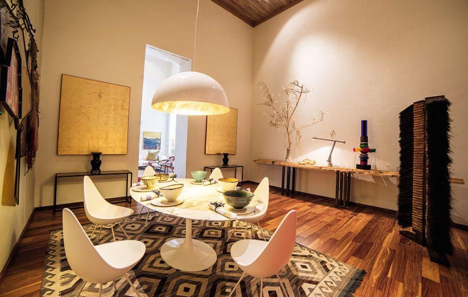 <span>Um ambiente com estilo - Roque A. Saldias Daly. Peças de design e de ar cosmopolita conversam com expressões de arte e da tradição peruana. A esta mistura, adiciona-se a simetria do estilo clássico na composição de mesas e quadros nas laterais da porta.</span>