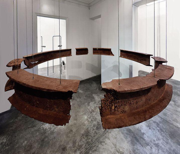 Galeria de arte 3 - Giancarlo Scaglia. A plataforma Revolver ocupa este outro espaço, com piso cimentício e paredes brancas que funcionam como pano de fundo para as obras contemporâneas, que resultam de um projeto anual de residências internacionais que expande as artes peruanas.