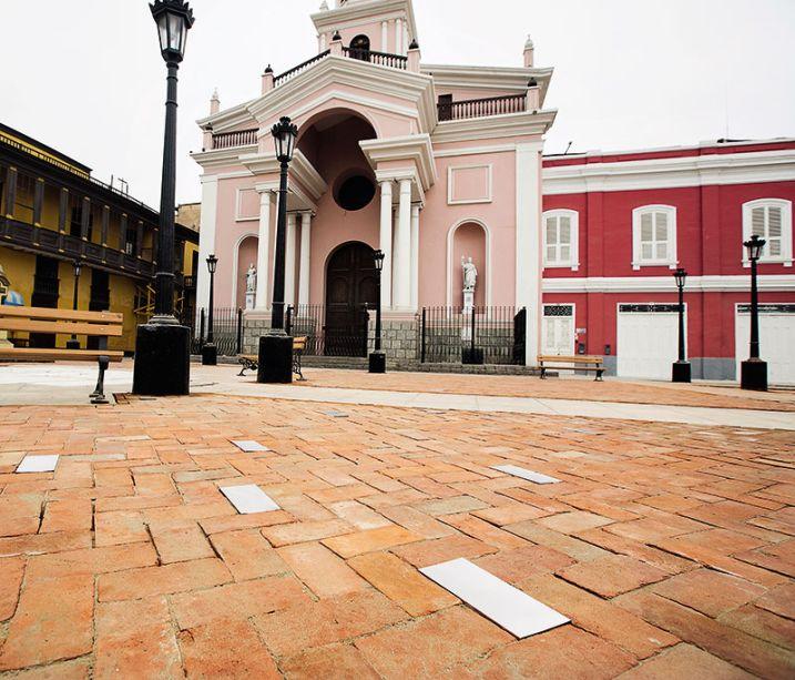 Praça em homenagem a Herman Enrique Finseth Voglino - Adolfo Gonzales Finseth. O piso da Praça Matriz de Callao foi revestido com tijolos artesanais de terracota, seguindo o padrão têxtil conhecido como herringbone.
