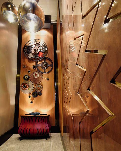 <span>Estúdio do Músico - Carlos Herrera Elías e Jenny Edgar Ramírez. A madeira é elemento estético e acústico. Ela aparece no forro das paredes e na estrutura que abriga a bateria, mesclada a alguns detalhes metálicos. A iluminação tem papel importante e sublinha o traçado com ares esculturais.</span>