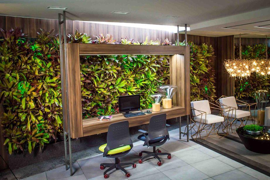 Coworking - Pollyana Nunes. A proposta de um escritório compartilhado por empresas e profissionais é tendência. Mas aqui ela foge da formalidade e traz o jardim vertical, emoldurado pela caixa de madeira que funciona como bancada suspensa. Uma das paredes foi revestida de espelho e confere profundidade.
