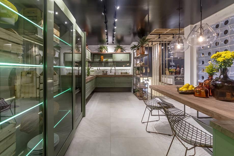 <span>Fit Kitchen - Dauanne Arruda e Sarah Cavalcanti. O ambiente traz o rústico do campo, associado à modernidade e à tecnologia. Por isso, a dupla coloca lado a lado móveis com acabamentos metalizados iluminados com fitas de LED e peças em madeira e palets.</span>