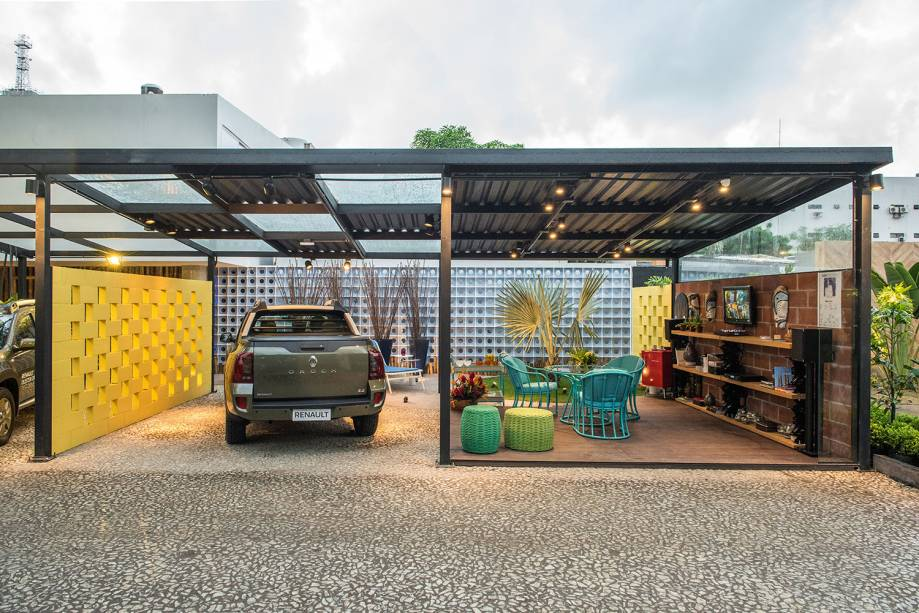 <span>Espaço Renault – Dorita Santiago. As cores sóbrias, muito comuns em garagens, deram lugar à brasilidade do verde e amarelo. Totalmente aberto e integrado à paisagem, o ambiente é delimitado apenas por uma parede de tijolos, que aquece este ponto de encontro que possibilita várias funções, como ver TV e reunir amigos.</span>
