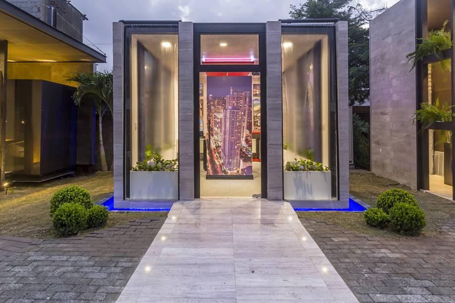 <span>Florida Room – Julye Pinheiro e Ianapaula Oliveira. Este office moderno e tecnológico se desenvolve em uma caixa de vidro com cortinas de água. No interior, prevalecem as cores da bandeira norteamericana, em um espaço que permite visitar a Flórida utilizando realidade virtual.</span>