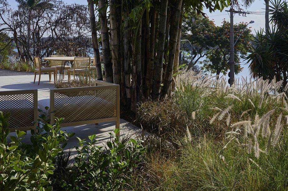 Jardim da Lagoa - Felipe Fontes. Diversas espécies de capim, que brotam espontaneamente à margem da lagoa e acompanham a brisa, integram o paisagismo à arquitetura. Elas fazem parte de conjunto de plantas rústicas, pouco exigentes, que são apropriadas para a contenção do terreno.