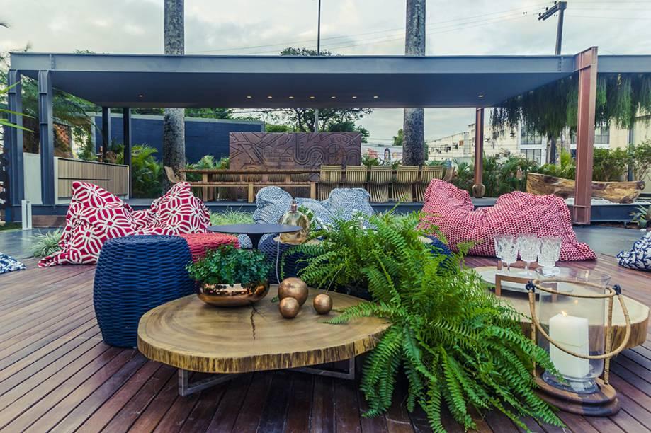 <span>Jardim da Mansão – Thaís Figueiredo e Patrícia Casadei. A soma de texturas naturais das fibras e da madeira resulta em um espaço aberto super aconchegante, pontuado pelo verde exuberante das samambaias.</span>