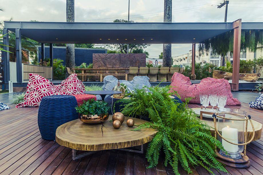 Jardim da Mansão – Thaís Figueiredo e Patrícia Casadei. A soma de texturas naturais das fibras e da madeira resulta em um espaço aberto super aconchegante, pontuado pelo verde exuberante das samambaias.