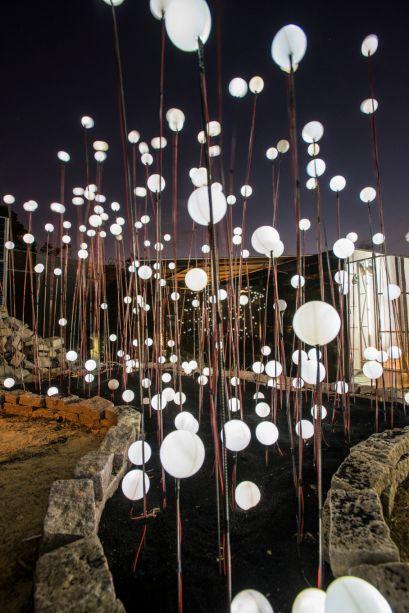 <span>Jardins de Luz, por Júnia Carsalade. Composta por enormes bolas brancas leitosas em vários tamanhos, inteiras ou pela metade, a instalação luminosa é assinada pelo designer Volmar Silva. As esferas em polietileno com tratamento UV e alumínio possuem luzes internas de LED. Tudo para mostrar como o projeto luminotécnico pode ir além de iluminar e, em harmonia com o ambiente e a arquitetura, se transforma em arte.</span>