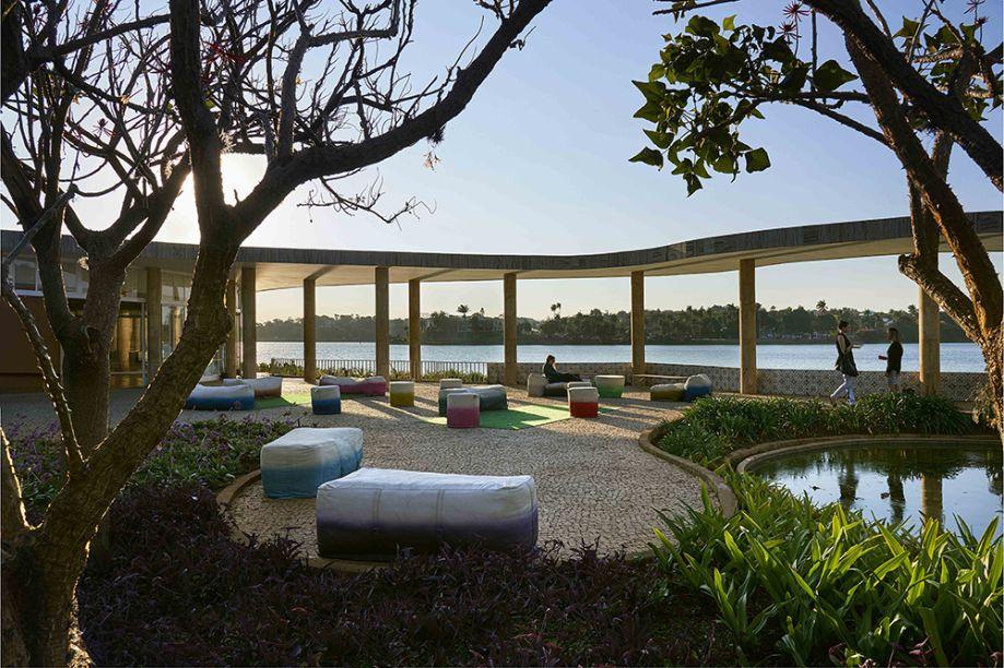 Lounge da Casa do Baile - Renata da Matta. O projeto propõe uma interferência mínima na pequena ilha às margens da lagoa. Pufes, poltronas e sofá da Promodomo estimulam a permanência e a contemplação, com linhas discretas. As peças possuem assentos brancos e são feitas de material reciclado.