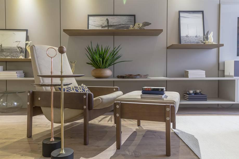 <span>Movie Living – Lana Débora. A madeira do mobiliário contemporâneo, presente também na textura do piso, aquece a composição. Os metalizados marcam presença nos detalhes e se consagram como tendência. Uma sensação de leveza e movimento é criada com prateleiras em diferentes alturas.</span>