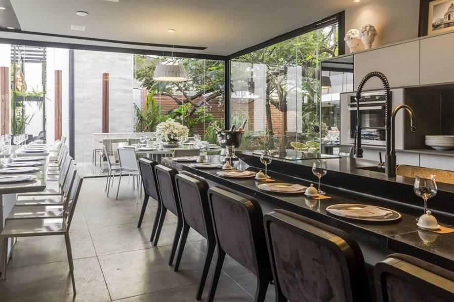 <span>Restaurante – Rayssa Lira. A farta iluminação permite o uso de cores escuras, sem perder a leveza. Alguns lugares ficam junto ao bancão onde são preparados os pratos, diversificando as formas de estar no restaurante.</span>